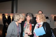L'on. Muscardini e la dr. Laurie Marker con Betty von Hoenning durante la mostra sponsorizzata dall'onorevole.